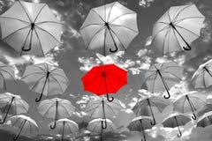 Ομπρέλα που ξεχωρίζει από το πλήθος μοναδικό Στοκ εικόνα με δικαίωμα ελεύθερης χρήσης