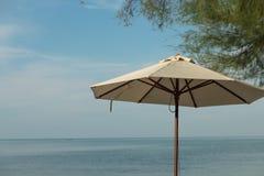 Ομπρέλα στην παραλία, τον ήλιο, τη θάλασσα και την άμμο Στοκ Φωτογραφία