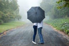 ομπρέλα φιλήματος ζευγών στοκ εικόνα