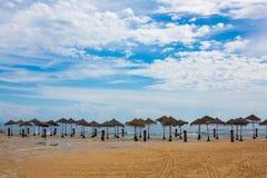 Ομπρέλες αχύρου στην καθαρή αμμώδη παραλία μετά από τη βροχή Στοκ Εικόνες