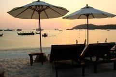 Ομπρέλες και καρέκλες παραλιών στην παραλία στο χρόνο ηλιοβασιλέματος, Koh lipe Στοκ Εικόνα