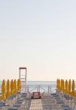 Ομπρέλες και καρέκλες σε μια καθιέρωση λουσίματος Στοκ εικόνες με δικαίωμα ελεύθερης χρήσης