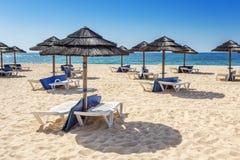 Ομπρέλες και sunbeds στη νότια παραλία του Αλγκάρβε Πορτογαλία Στοκ εικόνα με δικαίωμα ελεύθερης χρήσης
