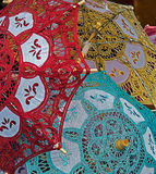 Ομπρέλες με τη δαντέλλα στο κόκκινο, κίτρινος και πράσινος Στοκ Φωτογραφίες