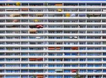 Ομπρέλες μπαλκονιών τοίχων κατοικημένου κτηρίου Στοκ φωτογραφία με δικαίωμα ελεύθερης χρήσης
