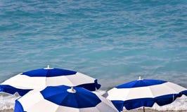 Ομπρέλες παραλιών και μπλε θάλασσα Στοκ φωτογραφία με δικαίωμα ελεύθερης χρήσης