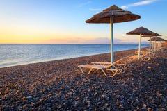 Ομπρέλες παραλιών και sunbeds Στοκ φωτογραφία με δικαίωμα ελεύθερης χρήσης