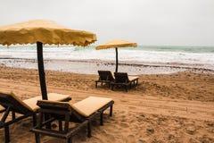 Ομπρέλες παραλιών στην αμμώδη παραλία Στοκ Φωτογραφίες