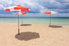 Ομπρέλες παραλιών στην παραλία Στοκ εικόνες με δικαίωμα ελεύθερης χρήσης