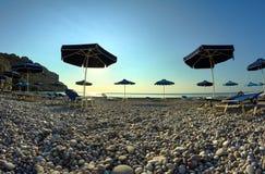 Ομπρέλες παραλιών στη δύσκολη ακτή Στοκ φωτογραφία με δικαίωμα ελεύθερης χρήσης
