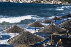 Ομπρέλες παραλιών, τυρκουάζ θάλασσα Στοκ Εικόνα