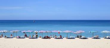 Ομπρέλες σε μια όμορφη ημέρα στην παραλία Surin σε Phuket Ταϊλάνδη Στοκ Φωτογραφίες
