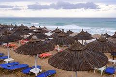 Ομπρέλες Thatch στην παραλία στην Ελλάδα Στοκ φωτογραφία με δικαίωμα ελεύθερης χρήσης
