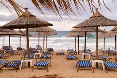Ομπρέλες Thatch στην παραλία στην Ελλάδα Στοκ φωτογραφίες με δικαίωμα ελεύθερης χρήσης