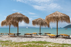 Ομπρέλες Thatch στην παραλία στην Ελλάδα Στοκ Εικόνες