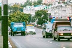 Ομσκ, Ρωσία - 19 Αυγούστου 2013: κυκλοφορία στο δρόμο Στοκ φωτογραφία με δικαίωμα ελεύθερης χρήσης