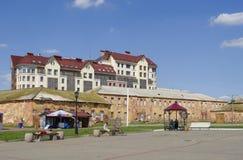 ΟΜΣΚ, ΡΩΣΙΑ - 12 ΙΟΥΝΊΟΥ 2015: Απόψεις του ιστορικού σύνθετου φρουρίου του Ομσκ και του σύγχρονου κτηρίου Στοκ εικόνα με δικαίωμα ελεύθερης χρήσης