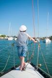 Ονειρεμένος καπετάνιος παιδιών στο γιοτ πολυτέλειας Στοκ Εικόνες