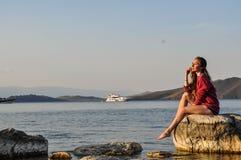 Ονειρεμένος κορίτσι στη λίμνη Στοκ Εικόνες