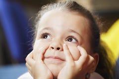 Ονειρεμένος μικρό κορίτσι Στοκ φωτογραφία με δικαίωμα ελεύθερης χρήσης