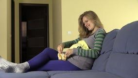 Ονειρεμένος τη μελλοντική μητέρα φανταστείτε το μωρό της με τη νεογέννητη αντιολισθητική αλυσίδα απόθεμα βίντεο