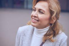 Ονειρεμένος το ώριμο κοίταγμα γυναικών κάπου στην οδό Στοκ Εικόνες