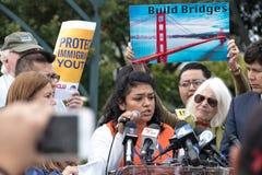 Ονειροπόλος DACA που μιλά στη Defend συνάθροιση ονειροπόλων στοκ φωτογραφία με δικαίωμα ελεύθερης χρήσης