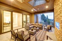 Ονειροπόλο υπαίθριο καλυμμένο patio με την εστία πετρών στοκ εικόνες