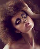 Ονειροπόλος γυναίκα με σγοuρό Hairstyle και τη χρυσή σκιά ματιών Στοκ εικόνες με δικαίωμα ελεύθερης χρήσης