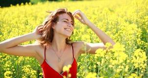 Ονειροπόλο κορίτσι που απολαμβάνει τη φύση μια ηλιόλουστη ημέρα στο άνθισμα Στοκ Εικόνες