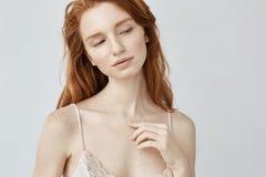 Ονειροπόλο νέο redhead κορίτσι με τις φακίδες που θέτουν τη σκέψη Στοκ φωτογραφία με δικαίωμα ελεύθερης χρήσης