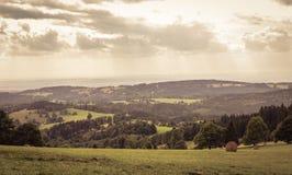 Ονειροπόλο πανόραμα με το χρυσό νεφελώδη ουρανό Στοκ Εικόνες