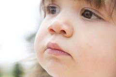 Ονειροπόλο πρόσωπο μικρών παιδιών κινηματογραφήσεων σε πρώτο πλάνο Στοκ εικόνες με δικαίωμα ελεύθερης χρήσης
