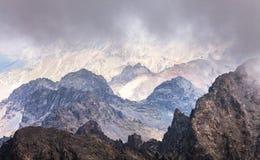 Ονειροπόλο τοπίο της Misty Βαθιά misty κοιλάδα Στοκ φωτογραφία με δικαίωμα ελεύθερης χρήσης