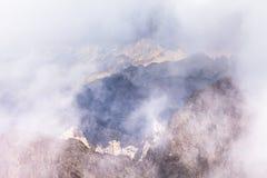 Ονειροπόλο τοπίο της Misty Βαθιά misty κοιλάδα Στοκ Εικόνα