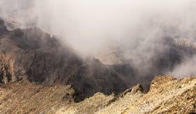 Ονειροπόλο τοπίο της Misty Βαθιά misty κοιλάδα Στοκ Φωτογραφίες