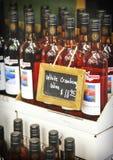 ΟΝΤΑΡΙΟ - ΚΑΝΑΔΑΣ, ΣΤΙΣ 10 ΟΚΤΩΒΡΊΟΥ 2017: Άσπρο κρασί των βακκίνιων, οινοποιία λιμνών Muskoka, Καναδάς Στοκ Εικόνες