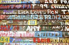 Ονόματα γκράφιτι σε μια πλευρά ενός κτηρίου στοκ εικόνα με δικαίωμα ελεύθερης χρήσης