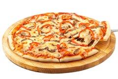 Οξεία πίτσα Καλιφόρνια, μοτσαρέλα, βόειο κρέας, κρεμμύδι, γλυκό πιπέρι, Tabasco Στοκ Εικόνες