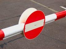 λοξοδρόμησης πλαισίων δεικτών κόκκινη κυκλοφορία σημαδιών κορδελλών τραχιά ξύλινη Στοκ Εικόνα