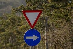 λοξοδρόμησης πλαισίων δεικτών κόκκινη κυκλοφορία σημαδιών κορδελλών τραχιά ξύλινη Στοκ Φωτογραφία
