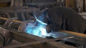 Οξυγονοκολλητές που λειτουργούν στο εργοστάσιο που γίνεται το μέταλλο κίνηση αργή φιλμ μικρού μήκους