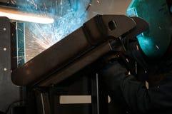 Οξυγονοκολλητής με την προστατευτική μάσκα στο εργοστάσιο Στοκ Εικόνες