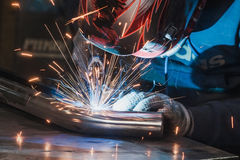 Οξυγονοκολλητής στο μέταλλο συγκόλλησης μασκών και το μέταλλο σπινθήρων Στοκ εικόνες με δικαίωμα ελεύθερης χρήσης