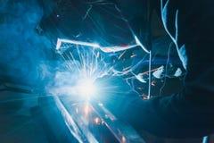Οξυγονοκολλητής στο μέταλλο συγκόλλησης μασκών και το μέταλλο σπινθήρων Στοκ Φωτογραφίες