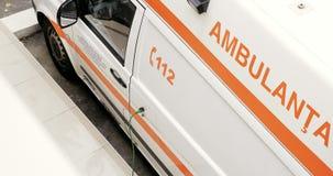 Οξυγόνου αυτοκίνητο 112 Υπηρεσιών Ασθενοφόρων Οχημάτων πρώτο που χρεώνει απόθεμα βίντεο