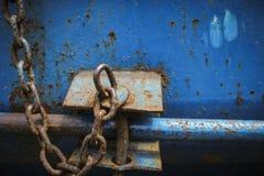 Οξυδωμένη αλυσίδα στο σκουριασμένο dumpster Στοκ Εικόνα