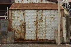 Οξυδωμένη πόρτα αποθήκευσης με το λεκέ Στοκ Φωτογραφία