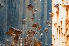Οξυδωμένος μπλε και άσπρος χρωματισμένος τοίχος μετάλλων μέταλλο ανασκόπησης σκο& Στοκ εικόνες με δικαίωμα ελεύθερης χρήσης