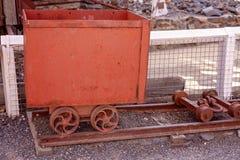Οξυδωμένο παλαιό καροτσάκι από το εγκαταλειμμένο ορυχείο χρυσού στοκ εικόνα με δικαίωμα ελεύθερης χρήσης